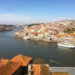 La bella i vella ciutat de Porto, amb el riu Douro a punt de desembocar a la mar Atlàntica.