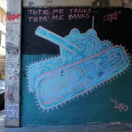 Mural als carrers de Grècia: «Abans usaven tancs. Ara usen bancs». Mural i foto: Cacao Rocks.